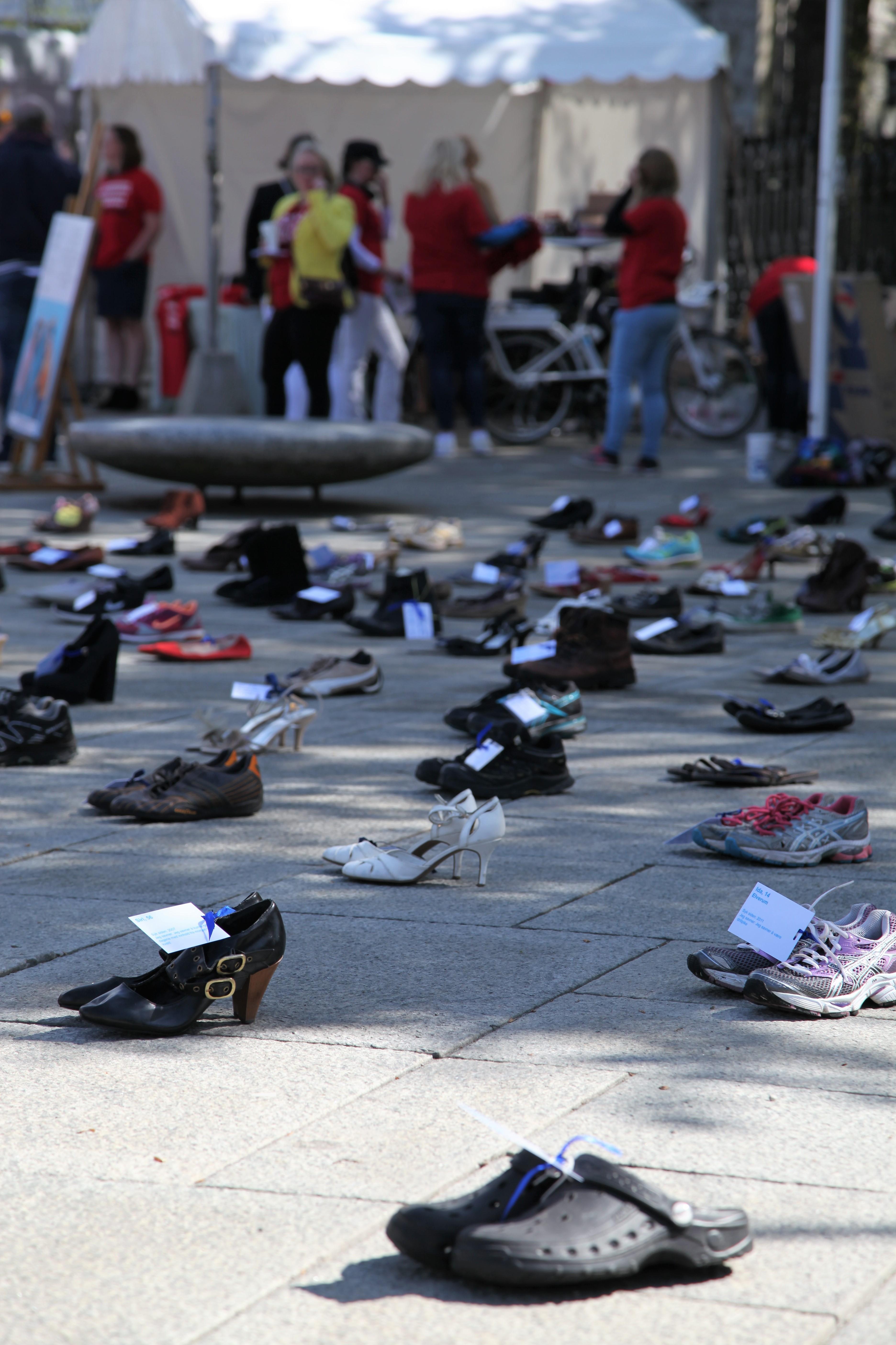 3c5e23c6 Flere hundre par sko var utstilt, ME-pasienter som ikke selv kunne delta,  var likevel der – representert av skoene.